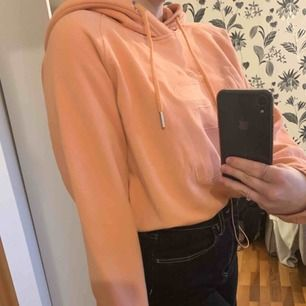Sjukt nice hoodie från Weekday x Fila. Aprikosfärgad med justerbart band i midjan. Lite croppad. I väldigt bra skick. Kan mötas upp i Växjö annars står köparen för frakt 💖