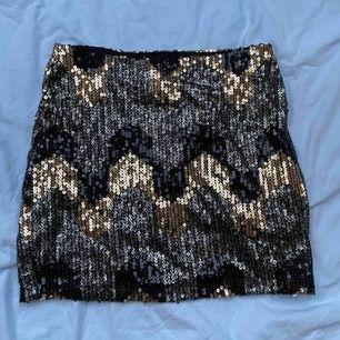 Snygg och festlig kjol från BikBok😘. Storlek XS, du står för frakten