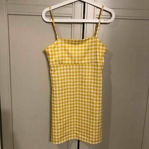 Ljusgul rutig klänning!  Rak passform  Knappt använd