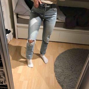 Säljer ett par trendiga slitna jeans från GinaTricot i storlek 38!! Dom är i bra skick och sitter svinbra!  Köparen står själv för frakt.