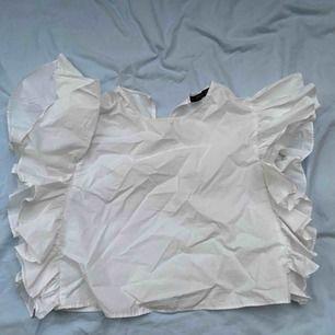 Snygg vit blus från ZARA med stora volanger vid sidan! Storlek S😍 frakten står du för