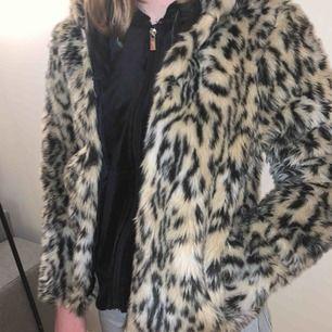 Pälsjacka med leopard mönster från h&m med en luva och 2 fickor😇 Använd ett fåtal gånger, säljer då den blivit för liten