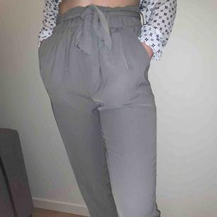 """""""Kostymbyxor"""" från Bibok med knut i midjan. Högmidjade. Säljer då de är för långa för mig som är 164.  Knappt använda, mycket fint skick."""