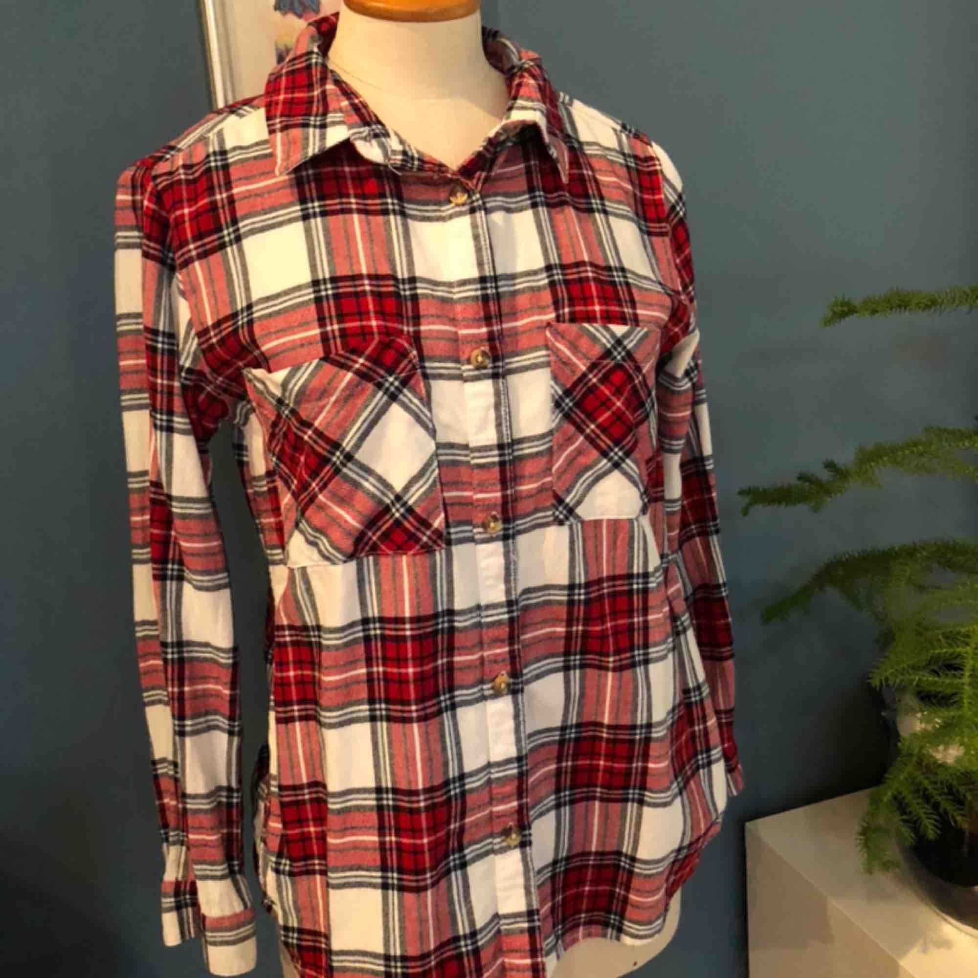 Skön flanellskjorta i mycket fint skick. Strl. 158, passar XS. Frakt 59kr:). Skjortor.