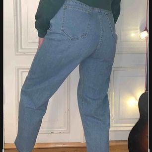 Hej! Säljer dessa helt nya jeans endast använd 1 gång. Själva längden är 73cm och sitter bra på mig, FRAKTEN INGÅR! Så fri frakt, kan även mötas upp i Norrköping om man ej vill ha fraktat. Skriv om ni har någon fråga🥰 man kan matcha med allt!!