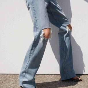 Populära och slutsålda Zara jeansen i strl 34, hålen på knäna har blivit lite uttöjda men annars bra skick!  ❗️Högsta bud ligger på 720kr, den som budat högst ikväll 22:00 får dom pga stort visat intresse på kort tid och svårt för mig att hålla koll på.❗️