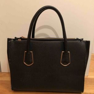 Rymlig svart väska med gulddetaljer! Möts upp i Stockholm 🚀