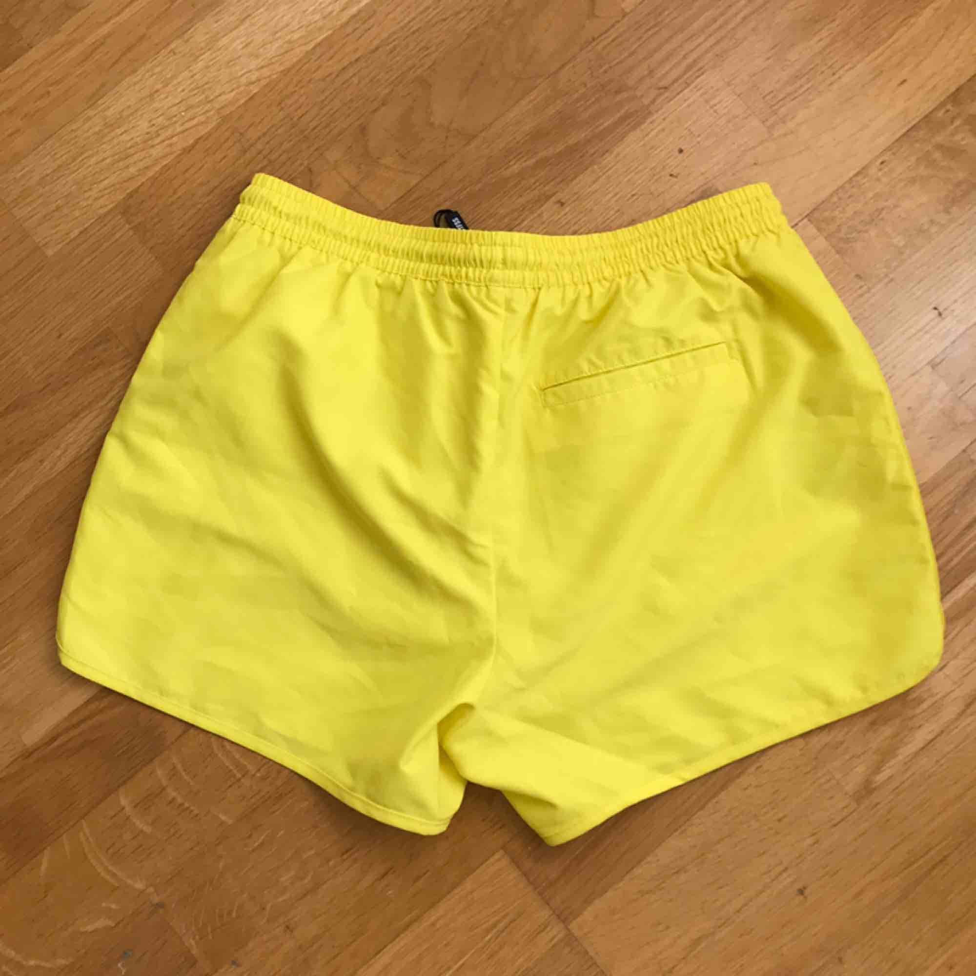 Helt nya badbyxor från Weekday i neon gult! Går att hämta på Södermalm annars tillkommer frakt på 30 kr. Accessoarer.
