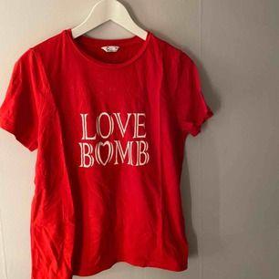 """Snygg tshirt från cubus med texten """"love bomb""""."""