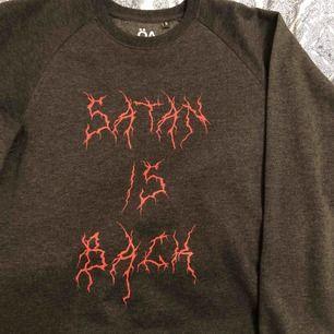 """Så cool """"satan is back"""" sweatshirt från Ö - A 🖤 säljer pga att den används för lite, men förtjänar helt klart ny ägare! nypris 600kr"""