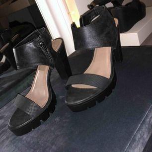 Helt nya oanvända högklackade skor, super fina