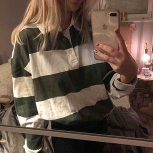 najs, cool och bekväm tröja från okänt märke!  Storleken passar allt från en L till en Xs jag är vanligtvis en Xs å den sitter oversized p mig!