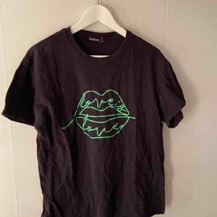 Cool tshirt från boohoo med ett neon tryck på.