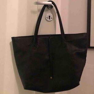 Säljer denna superfina väska ifrån h&m. Sparsamt använd och i bra skick💓💓