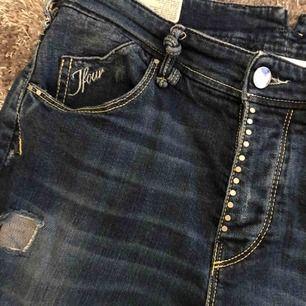 Jeans från JFour, Australia  Stl. 27 Nypris ca. 2500 kr Säljer för 300 kr(knappt använd, som ny)  📬Kan skickas mot fraktkostnad
