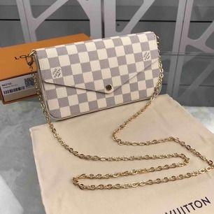 Vintage Louis Vuitton Pochette Felicie Damier Azur Canvas Lite sliten men syns knappt, tillbehör som korthållare och miniplånbok för mynt kommer med (se bild). Kan skicka fler bilder om det önskas.