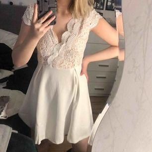 Superfin vit klänning som passar perfekt till student, skolavslutning osv! Säljer då jag inte tycker att den passade mig. Endast testad!☺️ Frakt tillkommer