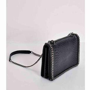 """Säljer en sån här väska fast inte ormskinn utan """"vanligt"""" mönster! Kan skicka egna bilder om det önskas! Vid snabb affär står jag för frakten!"""