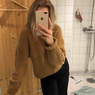 Tjockt stickad tröja från h&m!! Supermysig och varm. Köpt för 500kr säljer för halva priset! Skriv för fler frågor eller bilder. Köparen står för frakt 🧡