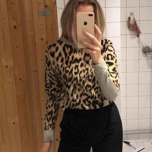 Leopard tröja från JC med tunt silkes material fram och grått vanligt tyg bak! Skriv för fler bilder eller om du har frågor. Köparen står för frakt 🖤🧡