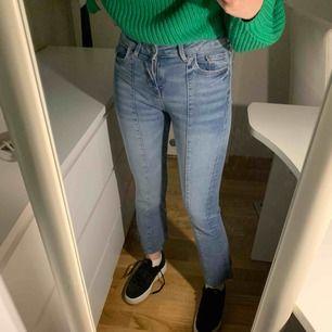 Zara ankle bootcut jeans. Strl 34. Små i storleken. Passar 32 också. Stretchiga! 1-2 ggr använda. Köpta för original pris! Jättefina, men de är för små för mig! :/ Frakt exkl.