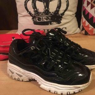 Säljer mina glansiga skor från skechers. Skulle säga att de är ganska små u storlek jag har oftast 36/37. Köpte för cirka 800kr. ❤️❤️