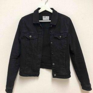 Svart jeans jacka från Berskha Använd ett fåtal gånger Nypris: 249kr  Säljer pga storlek för liten Säljer för 150kr+frakt