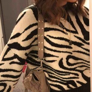 Supersnygg och trendig zebra tröja!! I stickat material som är mjukt och gör INTE håret elektriskt! 💗🌟  Aldrig använd, bara testad med prislapp kvar