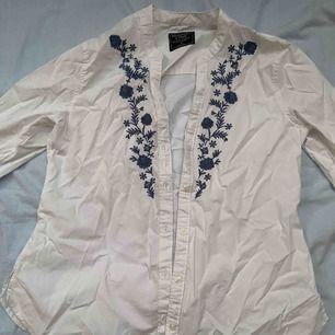 Snygg skjorta med broderi på bröstet! Storlek S, köpt på Abercrombie & Fitch💘. Aldrig använd! Du står för frakten