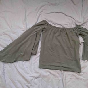 Blus från Gina Tricot i storlek XS!🥰🥰fin färg och skönt material, du står för frakten!!!