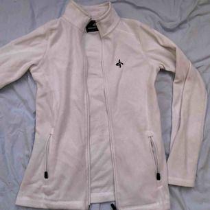 Vit mjuk fleece från cross sportswear! Storlek 36😘😘. Frakten står du för :)