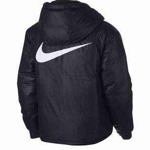Svart jacka ifrån Nike som är vändbar. Ena sidan är glansig med Nike märket på ryggen och andra sidan är vanlig! Använd fåtal gånger, i mycket bra skick!