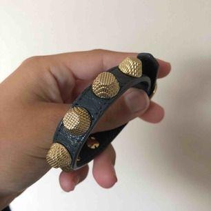 Grått balenciaga armband från Nathalie Schuterman i väldigt fint skick -Nypris: 2495kr -Mitt pris: 1800kr