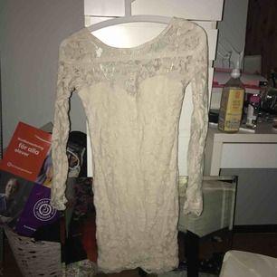 Vit kort spets klänning från Gina Tricot! Storlek XS men passar även S. Använd en gång under ett dop.