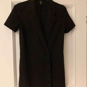 En svart superfin blazer-klänning. Den är ganska kort med T-shirt armar🖤🐜
