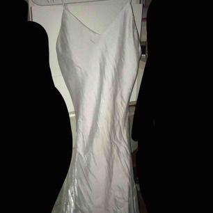 Står inte storlek men skulle gissa att det är XS! Kort Figursydd Silkesklänning. Aldrig använd, köpt för flera år sedan.