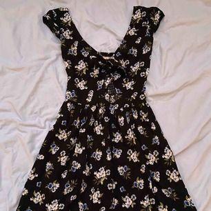 Blommig klänning från Hollister med en öppning vid bröstet! I storlek XS, du står för frakten!😘😘😘
