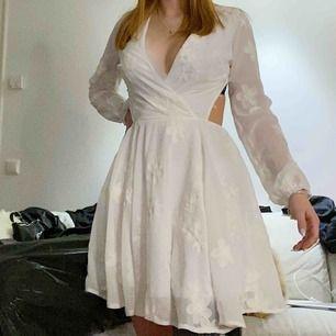 Säljer världens finaste studentklänning!! Från DMretro! använd en gång, nypris 799kr! Så sjukt fin att den borde används fler gångee💓💓 Skriv för fler bilder! Frakt tillkommer  stretchig runt midjan(dock dragkedja)