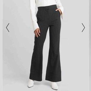 Supersnygga striped trousers från NAKD! Råkade beställa 2 par och därav säljer jag det ena paret. Jättefin passform och riktigt trendiga. Kan självklart skicka fler bilder för de som är intresserade! Nypris : 500 kr Köparen står för frakt💕