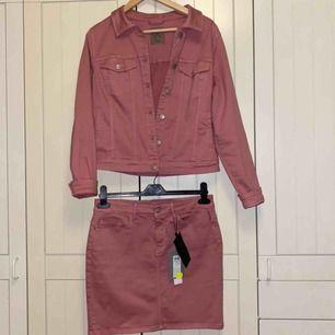 Jättefint rosa sätt. Jackan är XL men liten i storleken, kjolen är L. 150:- för en del, 220:- för hela sättet💕