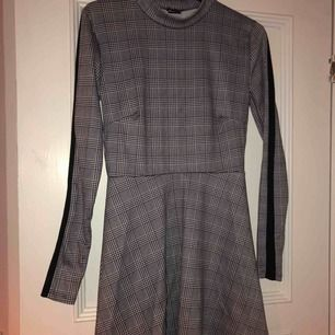 En rutig polo-klänning som slutar en bit över knäna🐨