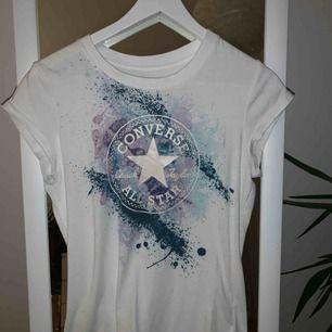 Skitsnygg T-shirt från Converse med coolt tryck. Den passar XS och S!  Frakt är exkluderad 🤩 Pris kan diskuteras