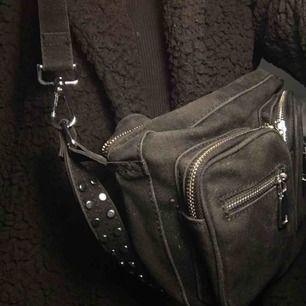 En svart väska från noella. I använt men bra skick! Spårbar frakt ingår i priset! Det långa bandet medförds även!!