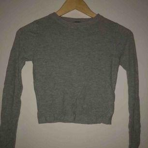 En jättefin grå croppad stickad tröja!🐭