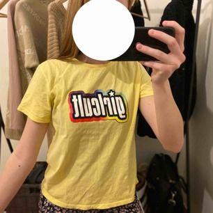 Använt nån gång så som nytt! Bär inte t-shirt därför inte kommit till användning😕 Jätte snyggt med lite färg i outfiten🤩