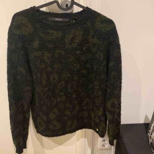 Säljer min äkta mysiga guess tröja, köpt på guess runt 3år sen knappt använd Storlek XS men passar som S och M