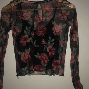 En blommig Hollister tröja med ett medföljande svart linne💓🌺