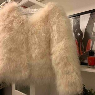 Päls jacka helt ny, har ej använd pga fel storlek. Köpte för 1900kr