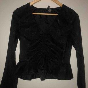 En jättefin svart blus!🖤 Endast använd en gång!🐜