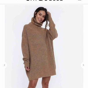 FRAKT INGÅR INTE! En stickad klänning från chiquelle. Använd en enda gång. Klänningen på bilden från hemsidan är INTE samma utan en liknande hittade inte exakt samma. Storleken på chiquelle är one size men skulle säga passar m/s. :)